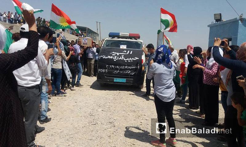 من مراسم تشييع الشاب حبيب قدري في مدينة القامشلي- الاثنين 15 آب (عنب بلدي)