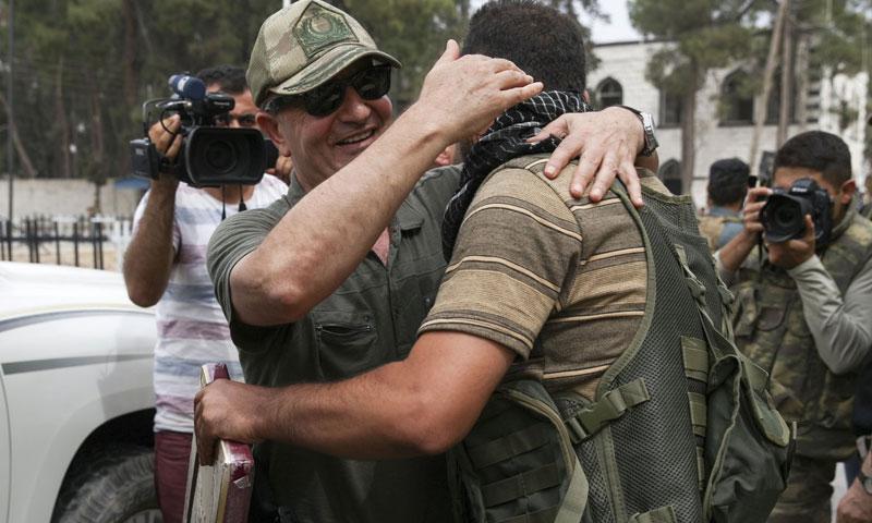 """الفريق زكي كسكالي مع مقاتل من """"الجيش الحر"""" في مدينة جرابلس- الخميس 25 آب (TRT)"""