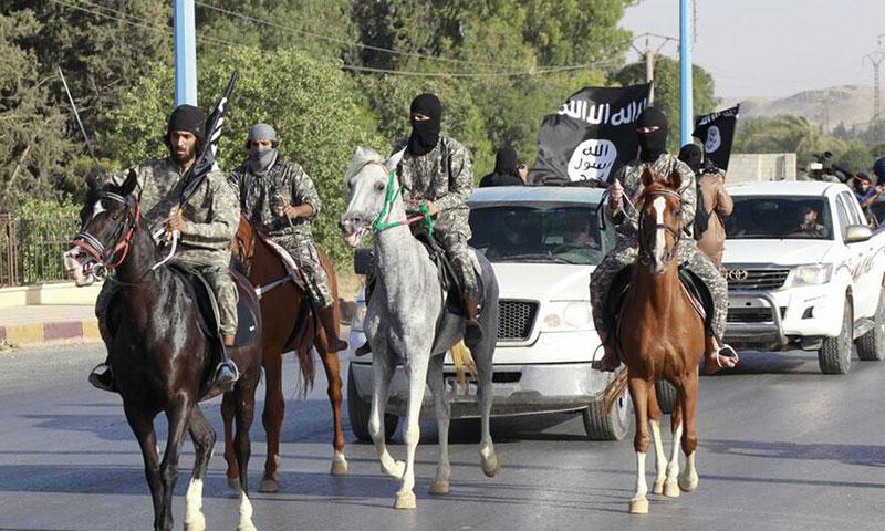 """أرشيفية- عناصر من تنظيم """"الدولة الإسلامية"""" في الرقة"""