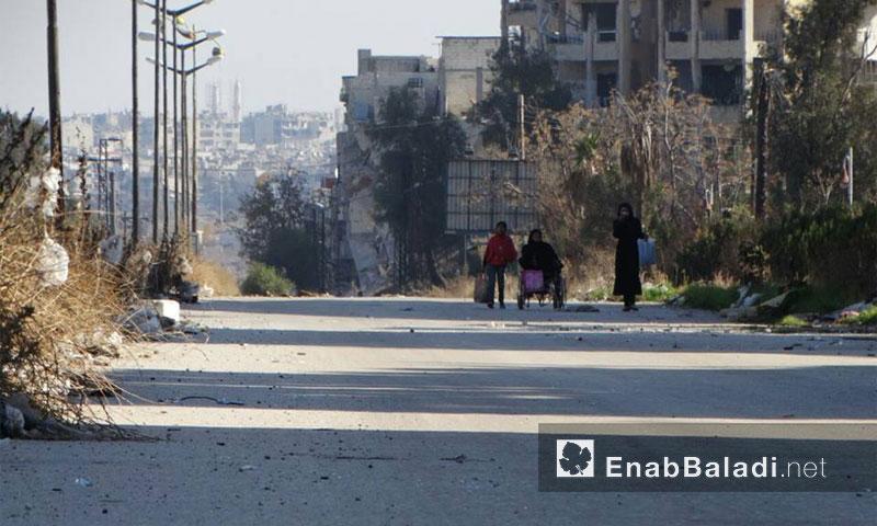 عائلة في أحد شوارع حي الوعر بمدينة حمص كانون الثاني 2016(عنب بلدي)
