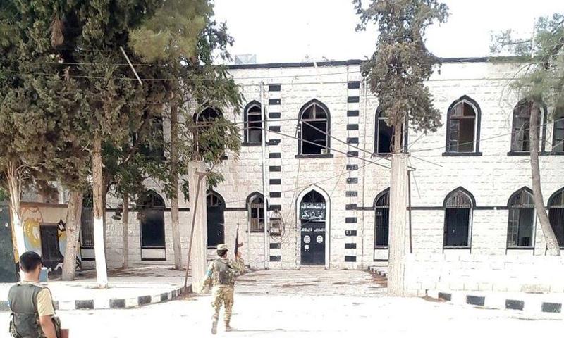 """مقاتلون من """"الجيش الحر"""" أمام مبنى السرايا وسط مدينة جرابلس- الأربعاء 24 آب (تويتر)"""