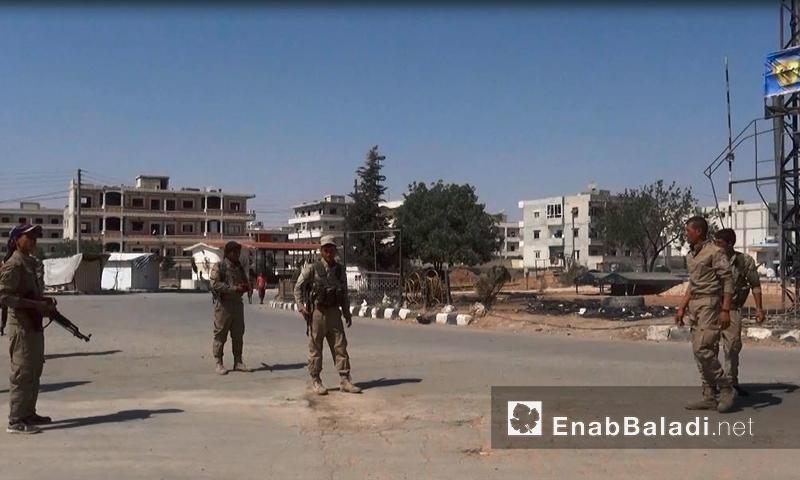 """عناصر من قوات """"سوريا الديمقراطية"""" داخل مدينة منبج - الاثنين 15 آب (عنب بلدي)"""
