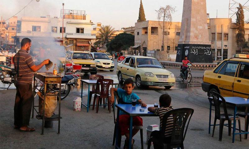 مواطنون في أحد شوارع مدينة الرقة السورية تشرين الأول 2014 (NBC News)