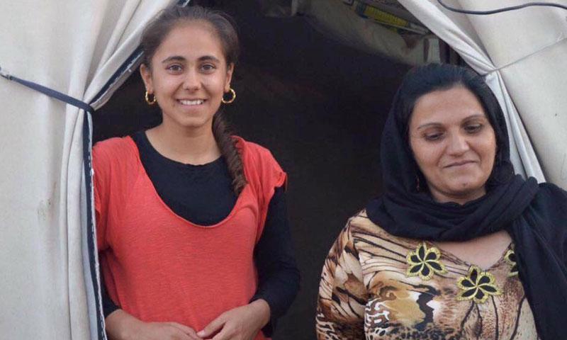 نداء إلى جانب والدتها على باب خيمتهم في كردستان العراق (عراقيات)