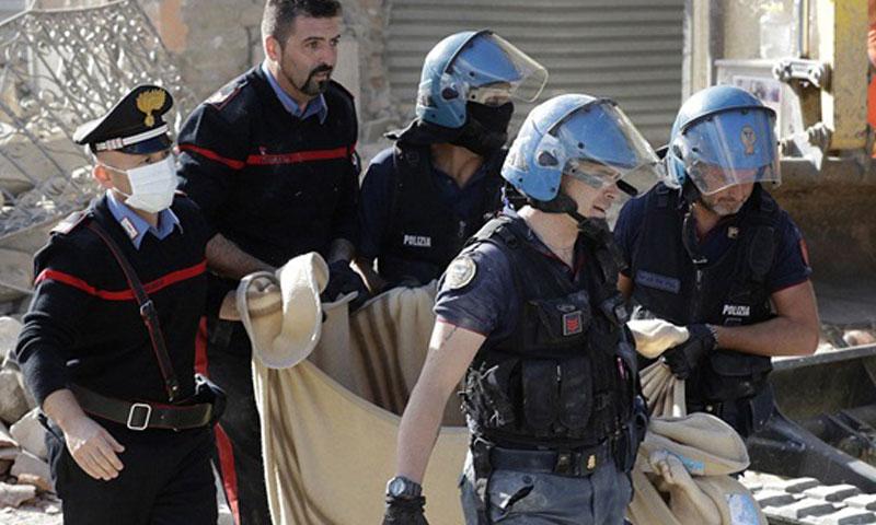 انتشال ضحايا زلزال إيطاليا- الأربعاء 24 آب (تويتر)