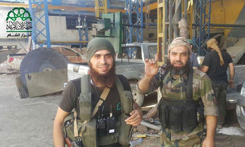"""مقاتلان من حركة """"أحرار الشام الإسلامية"""" في منطقة الراموسة جنوب حلب- الثلاثاء 2 آب (فتح حلب)"""