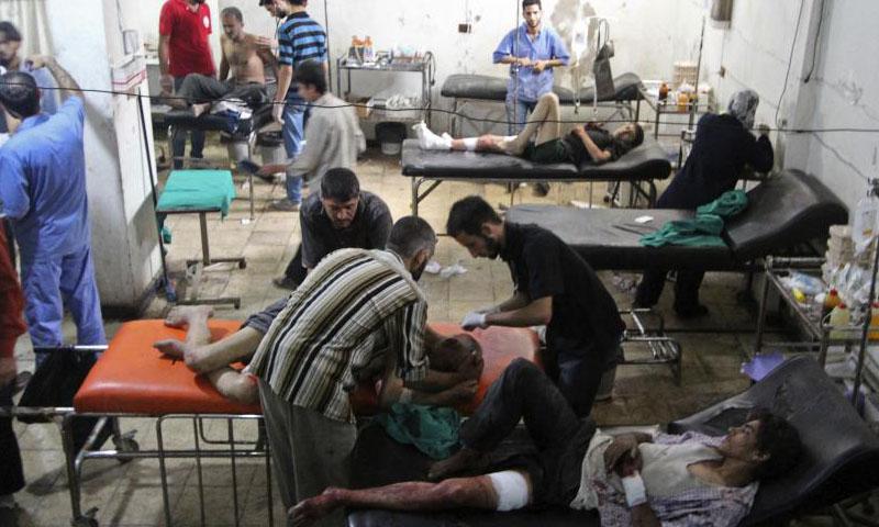 مواطنون يتلقون العلاج في مدينة دوما بريف دمشق بعد غارة للنظام السوري أيلول 2014 (رويترز)