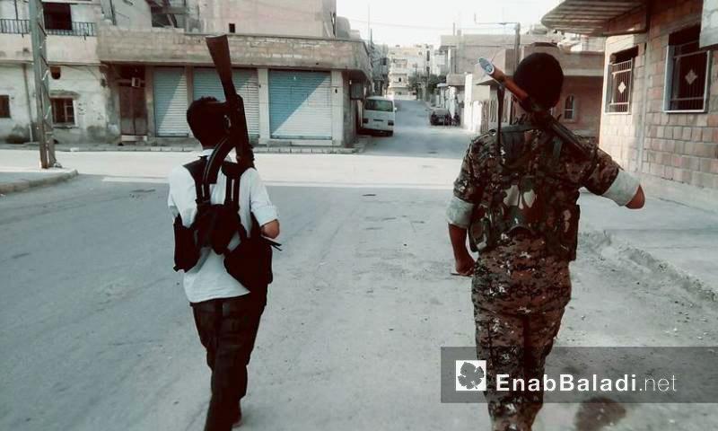 """مقاتلان من قوات """"أسايش"""" في مدينة الحسكة - 19 آب 2016 (عنب بلدي)"""