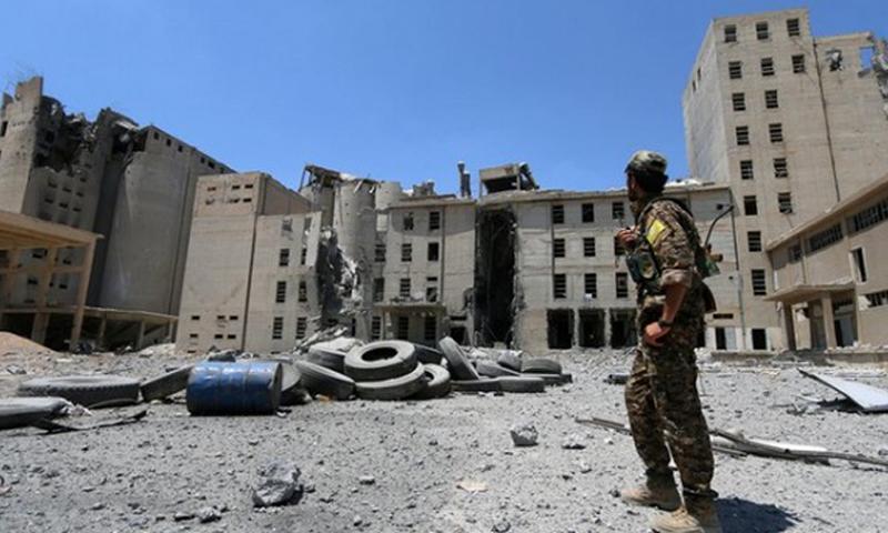 """مقاتل من قوات """"سوريا الديمقراطية"""" في منطقة الصوامع بمنبج (Reuters)"""