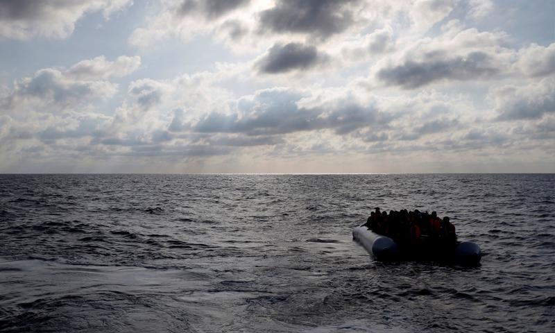 مهاجرون في بالبحر المتوسط على بعد 20 ميلًا من السواحل الليبية - 23 حزيران (reuters)