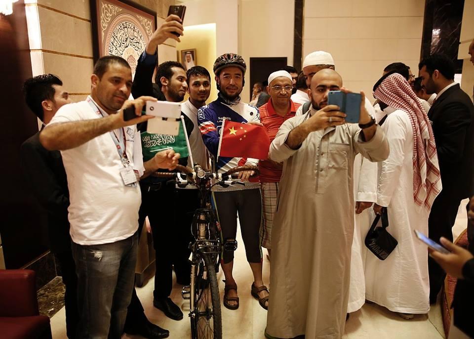 شاب صيني يصل إلى مكة المكرمة على دراجة هوائية (إنترنت)