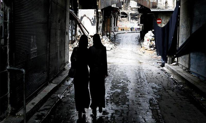 نساء يمشين في مدينة حلب - (AFP)