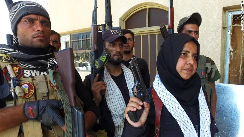 العراقية وحيدة محمد مع مقاتلين عراقيين (CNN)