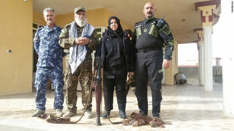 العراقية وحيدة محمد تتوسط مقاتلين عراقيين (CNN)