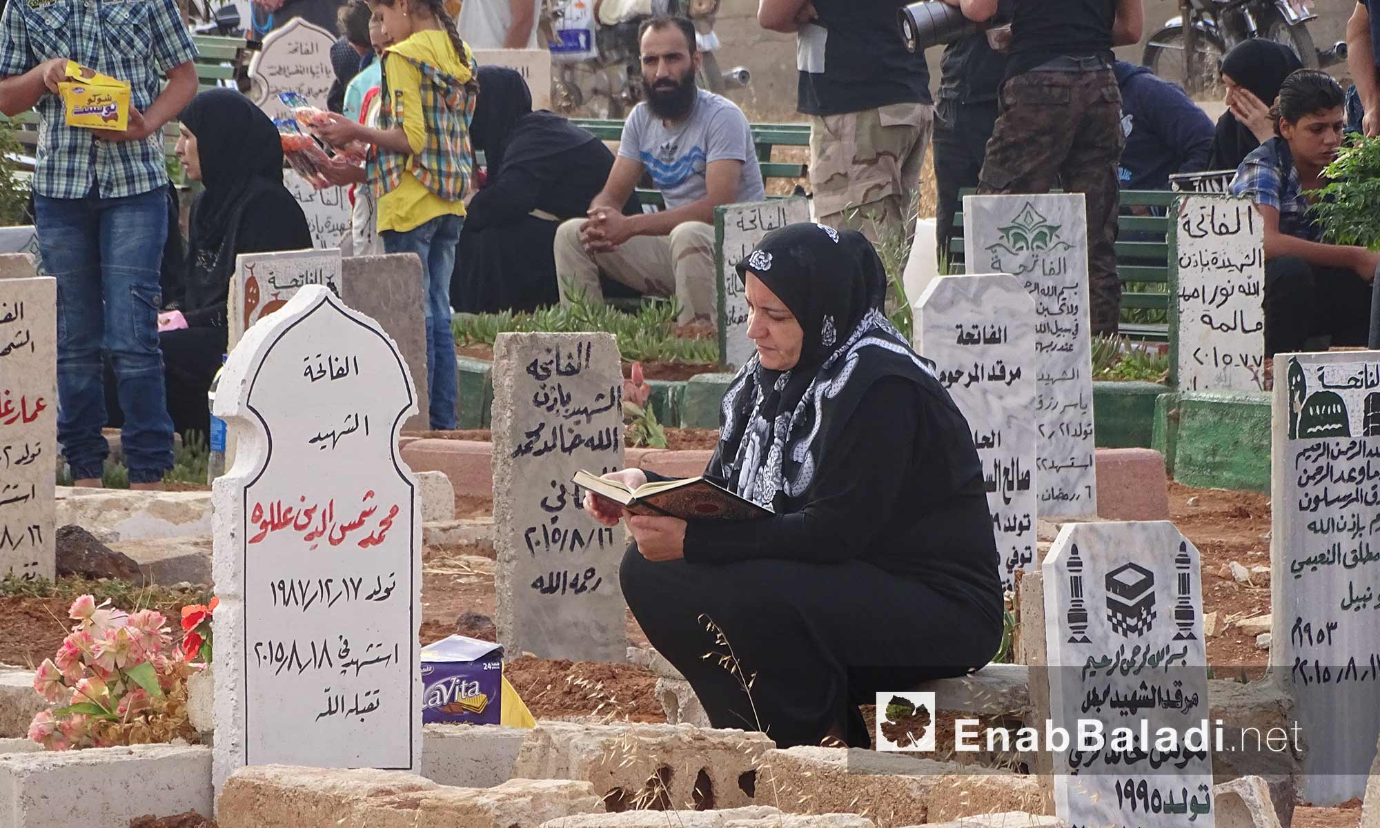 أهالي درعا يزورون مقابر شهدائهم في أول أيام عيد الأضحى - 12 أيلول 2016 (عنب بلدي)
