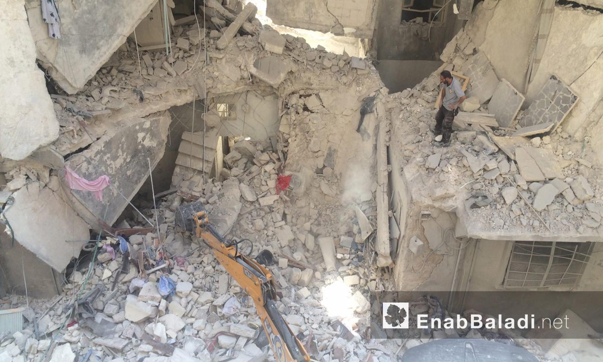 آليات الدفاع المدني تزيل آثار القصف على حي السكري في حلب - الاثنين 5 أيلول (عنب بلدي)