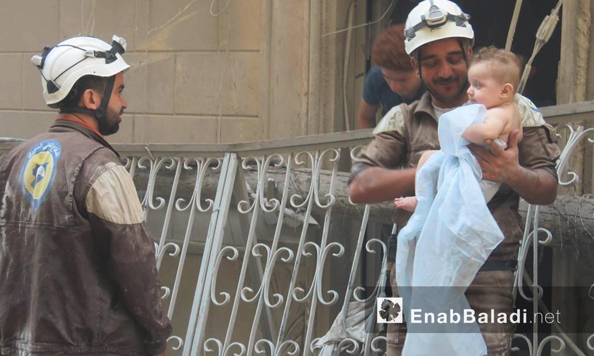 الدفاع المدني ينتشل طفلًا على قيد الحياة من تحت أنقاض القصف على حي السكري في حلب - الاثنين 5 أيلول (عنب بلدي)