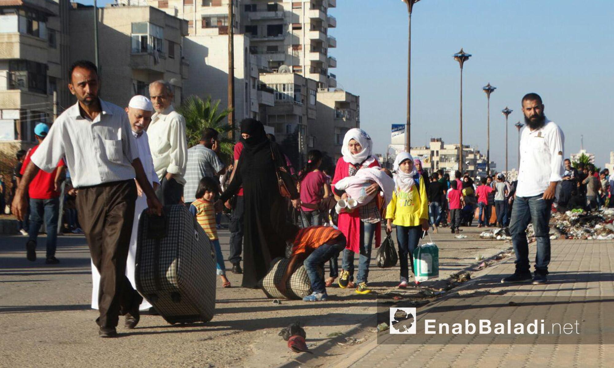 أهالي حي الوعر يتجهزون للخروج من الحي إلى ريف إدلب - الاثنين 19 أيلول (عنب بلدي)