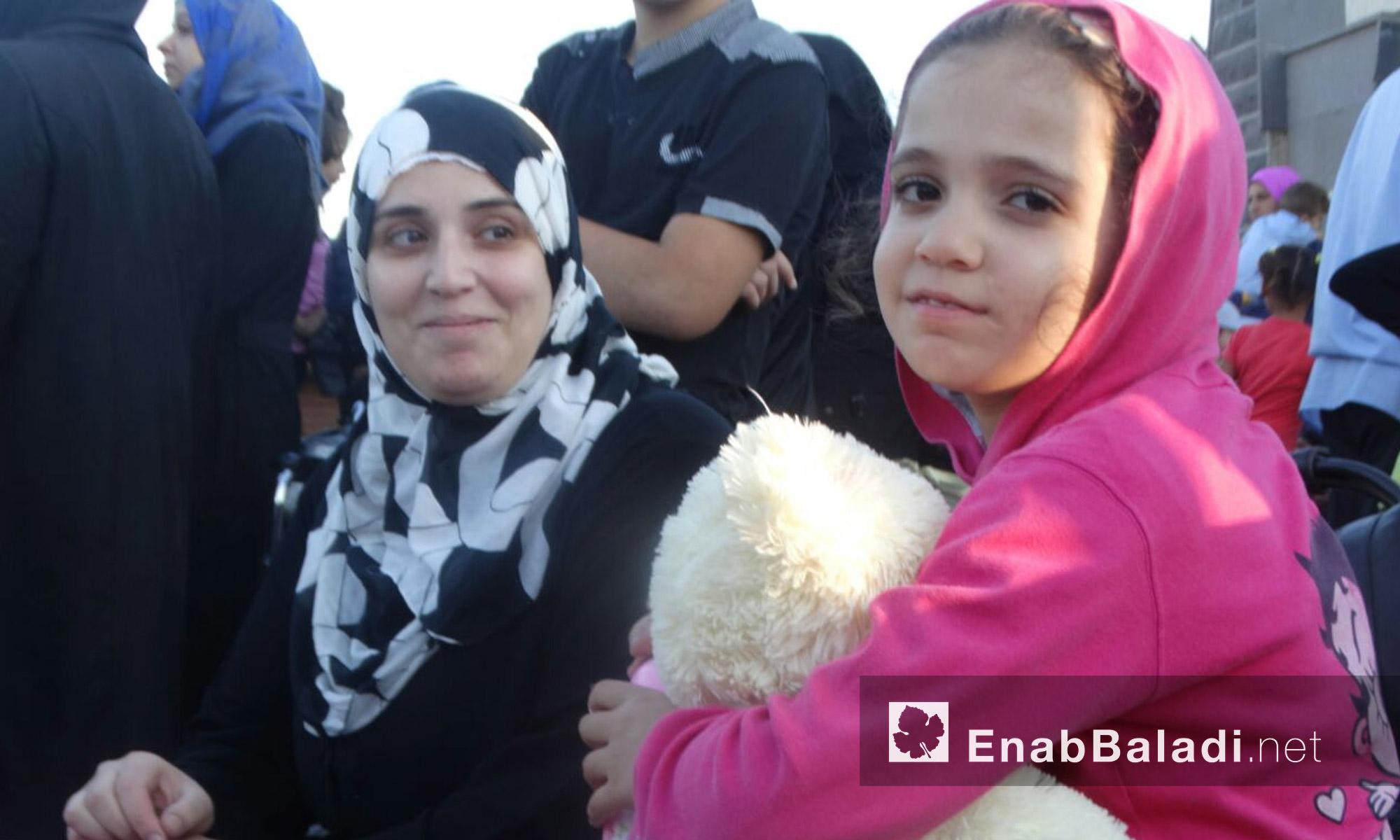 طفلة من حي الوعر تنتظر الخروج مع عائلتها - الاثنين 19 أيلول (عنب بلدي)