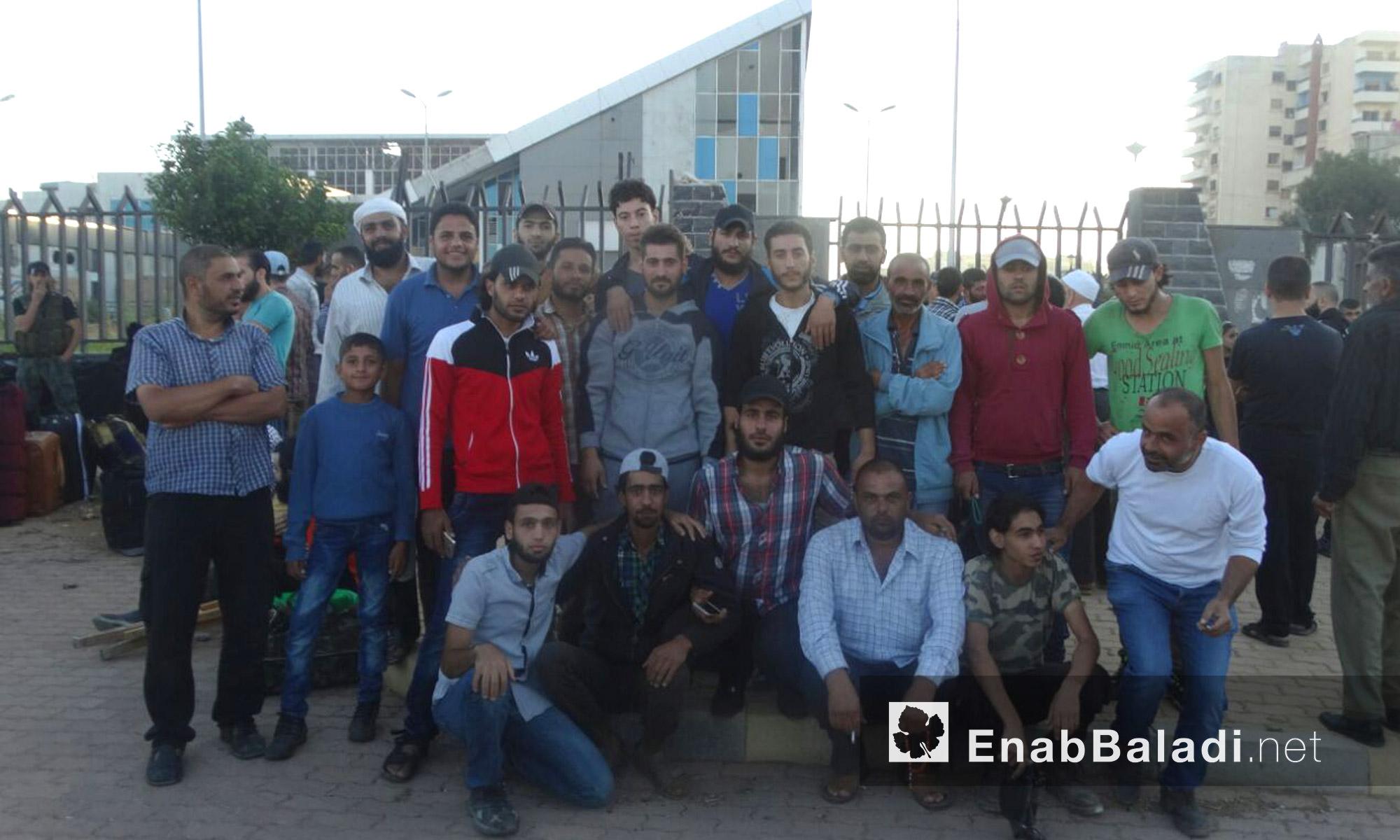 أهالي حي الوعر ينتظرون خروجهم - الاثنين 19 أيلول (عنب بلدي)