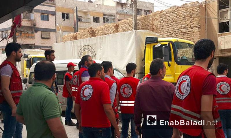 سيارات الهلال الأحمر في دوما - 26 أيار (أرشيف عنب بلدي)