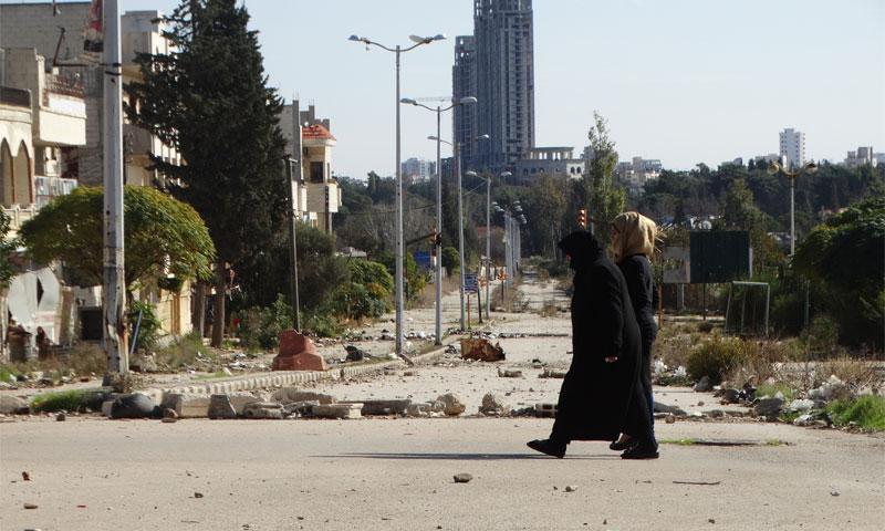 امرأتان تمشيان في حي الوعر المحاصر بحمص تشرين الثاني 2015 (عنب بلدي)