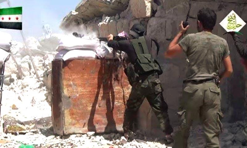 """مقاتلو """"الجيش الحر"""" قرب حندرات (أرشيفية من الإنترنت)"""