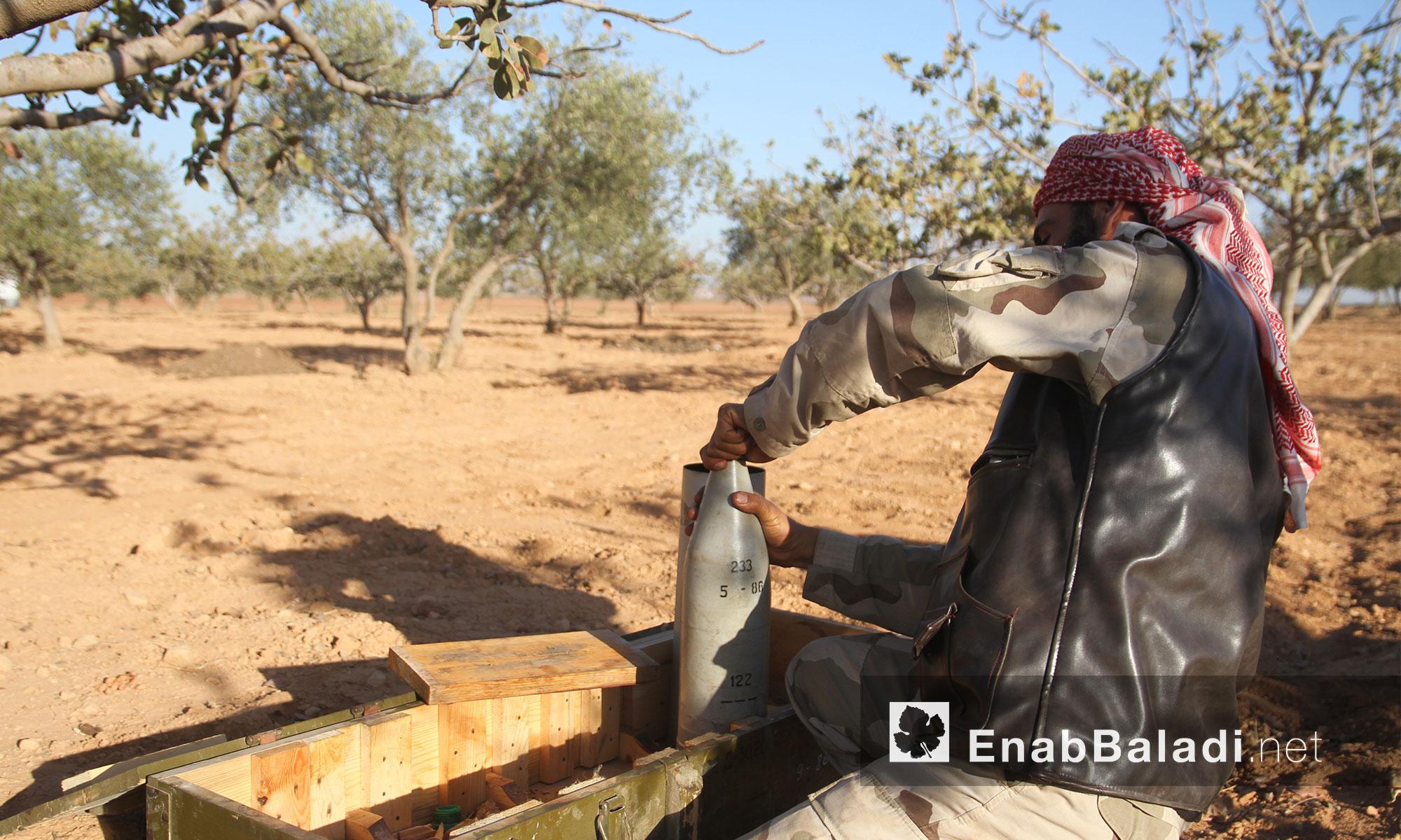 """مقاتل من حركة """"أحرار الشام"""" قرب بلدة القاهرة في ريف حماة الشمالي - الثلاثاء 27 أيلول (عنب بلدي)"""