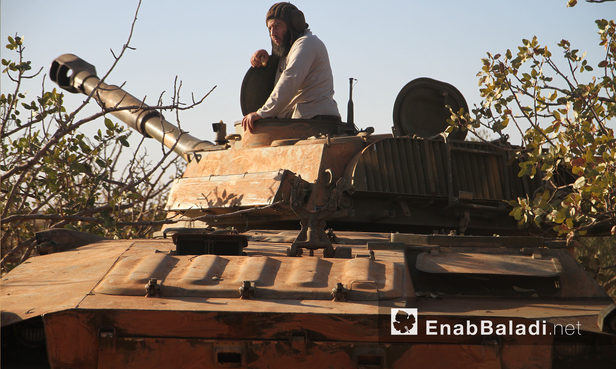 """مقاتل داخل دبابة لحركة """"أحرار الشام"""" قرب بلدة القاهرة في ريف حماة الشمالي - الثلاثاء 27 أيلول (عنب بلدي)"""