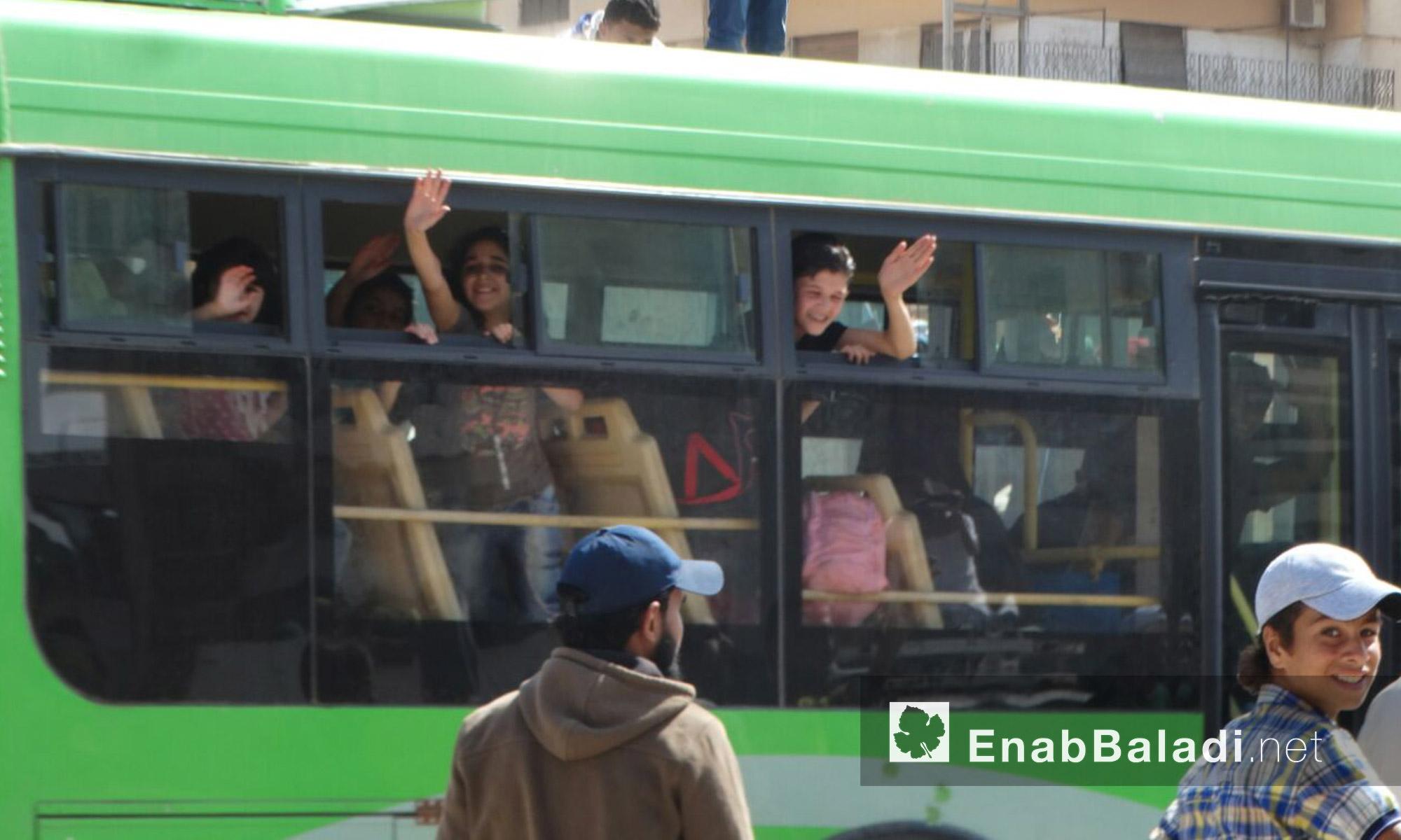 أطفال وعائلات الوعر يودعون أهالي الحي قبل خروجهم إلى ريف حمص الشمالي - الخميس 23 أيلول (عنب بلدي)
