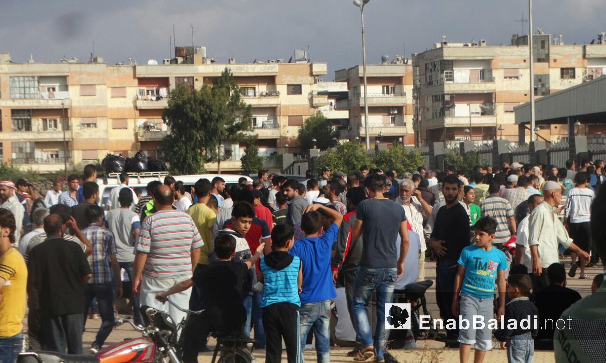 أطفال وعائلات الوعر ينتظرون الخروج إلى ريف حمص الشمالي - الخميس 23 أيلول (عنب بلدي)أطفال وعائلات الوعر ينتظرون الخروج إلى ريف حمص الشمالي - الخميس 23 أيلول (عنب بلدي)
