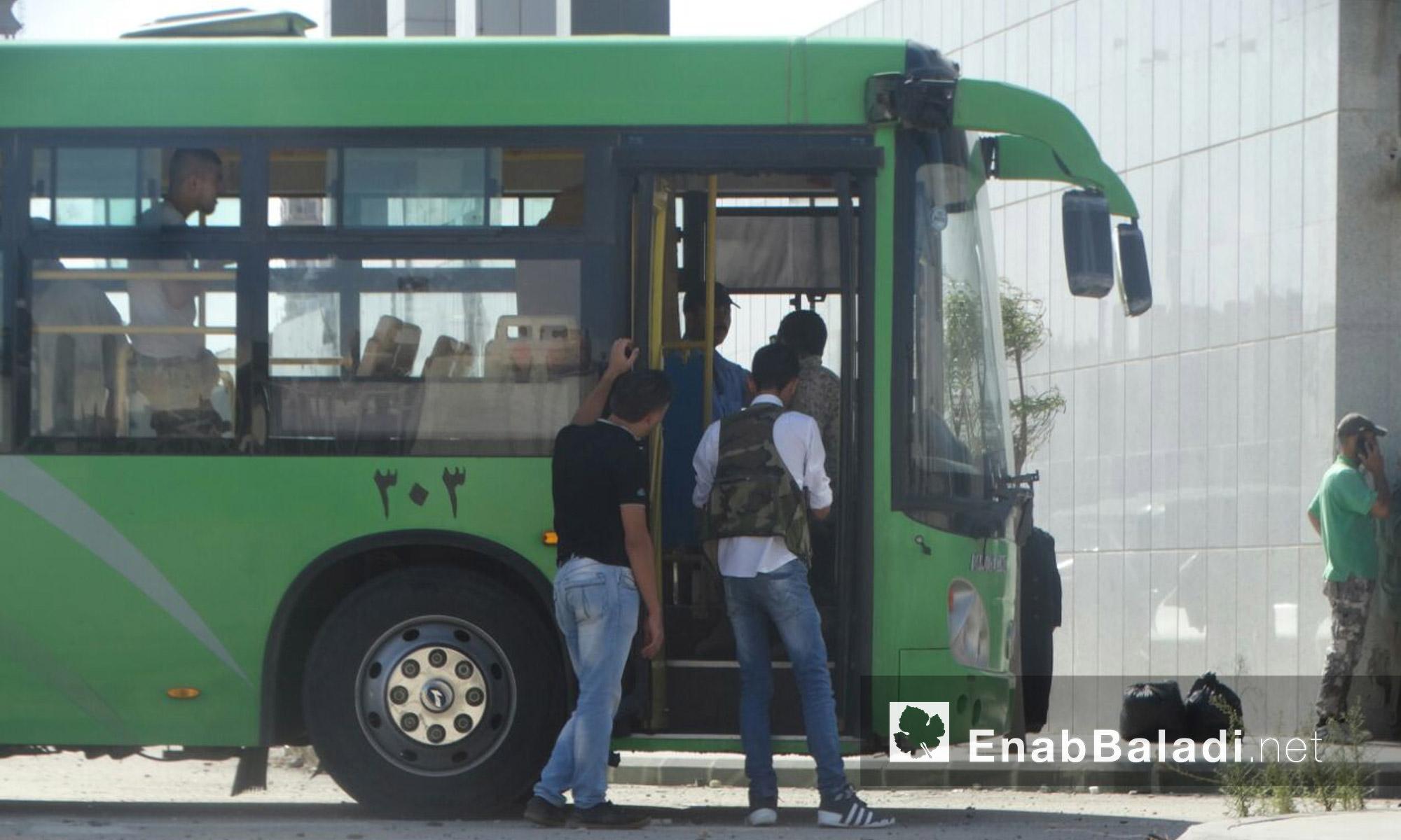 مقاتلو الوعر ينتظرون خروجهم إلى ريف حمص الشمالي - الخميس 23 أيلول (عنب بلدي)