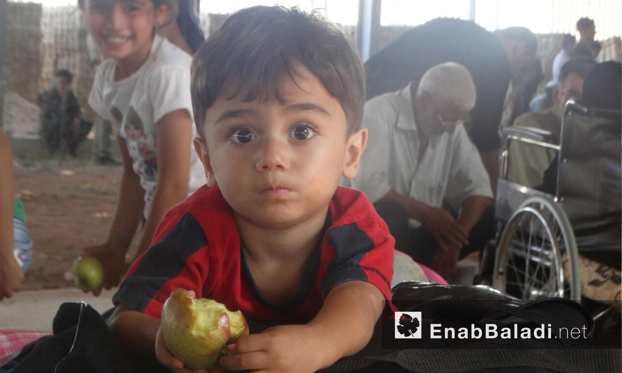 طفل ينتظر الخروج إلى ريف حمص الشمالي - الخميس 23 أيلول (عنب بلدي)