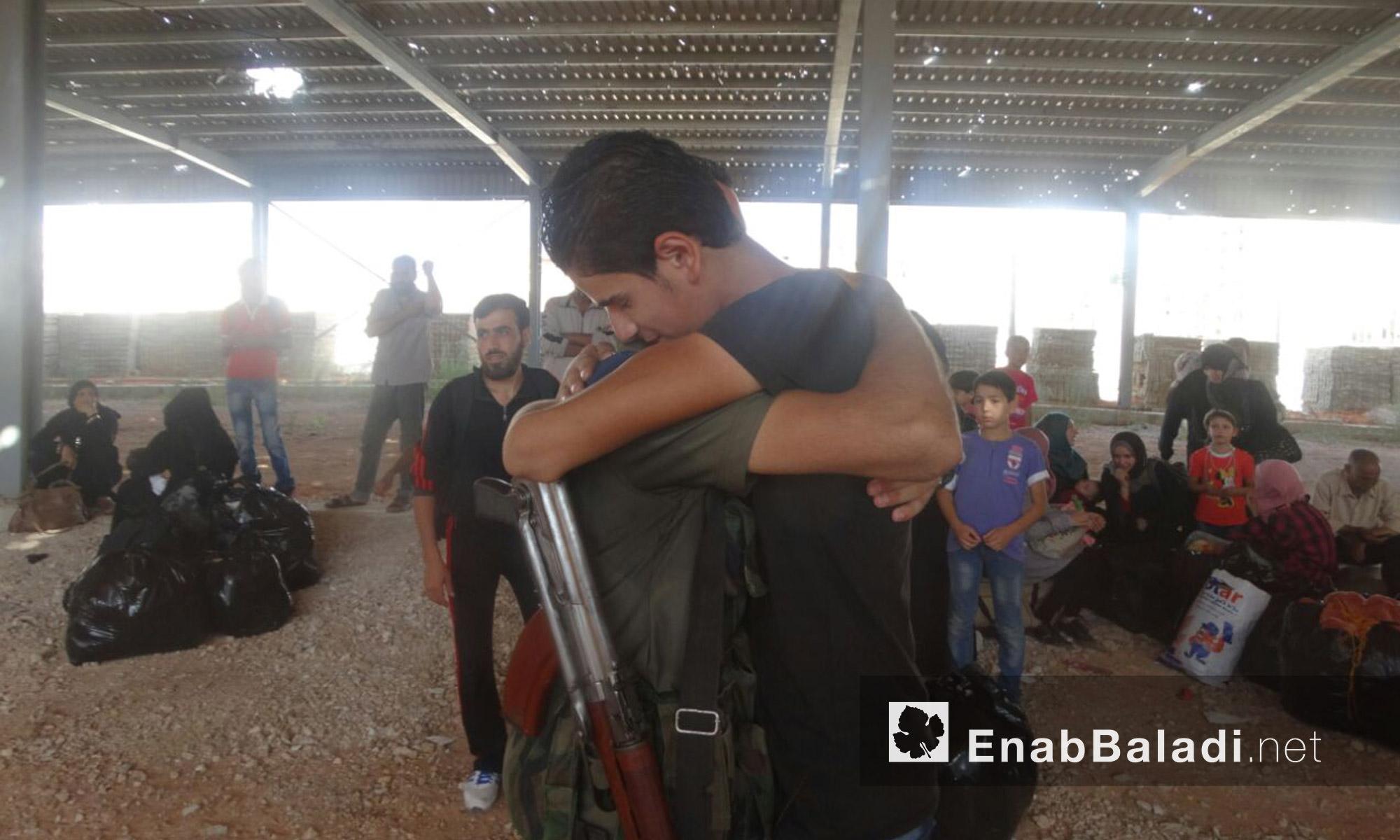 مقاتلو الوعر يودعون أهالي الحي قبل الخروج إلى ريف حمص الشمالي - الخميس 23 أيلول (عنب بلدي)