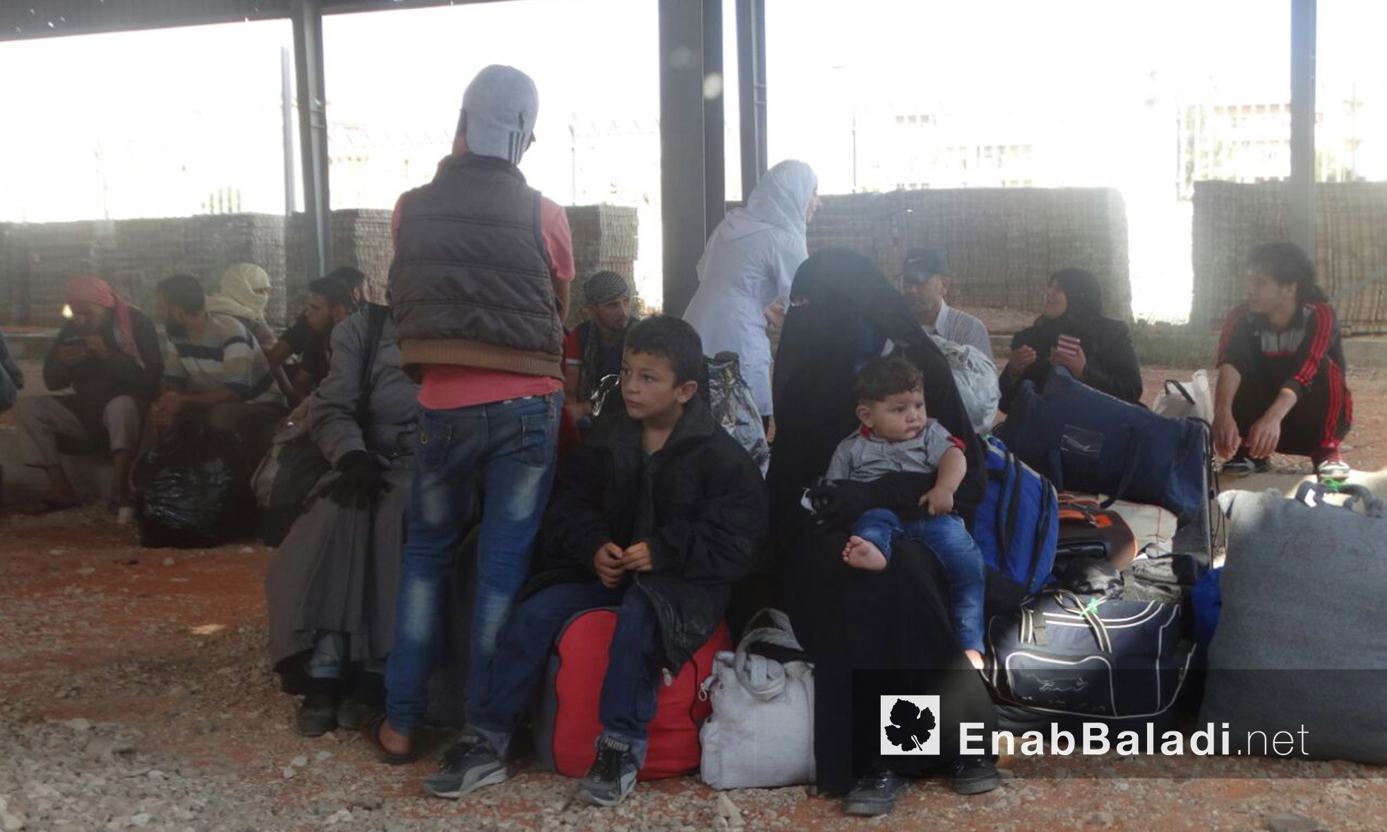 أطفال وعائلات الوعر ينتظرون الخروج إلى ريف حمص الشمالي - الخميس 23 أيلول (عنب بلدي)