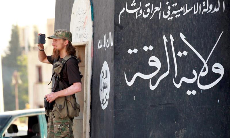 """مقاتل من تنظيم """"الدولة"""" في """"ولاية الرقة"""" (إنترنت)"""