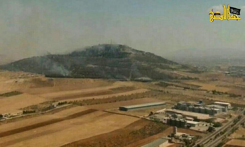 تصاعد أعمدة الدخان من جبل زين العابدين قرب مدينة حماة - الخميس 1 أيلول (جند الأقصى)