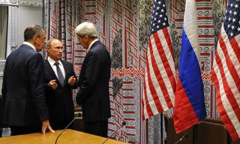 الرئيس الروسي، فلاديمير بوتين، ووزيرا الخارجية الأمريكي والروسي (إنترنت)