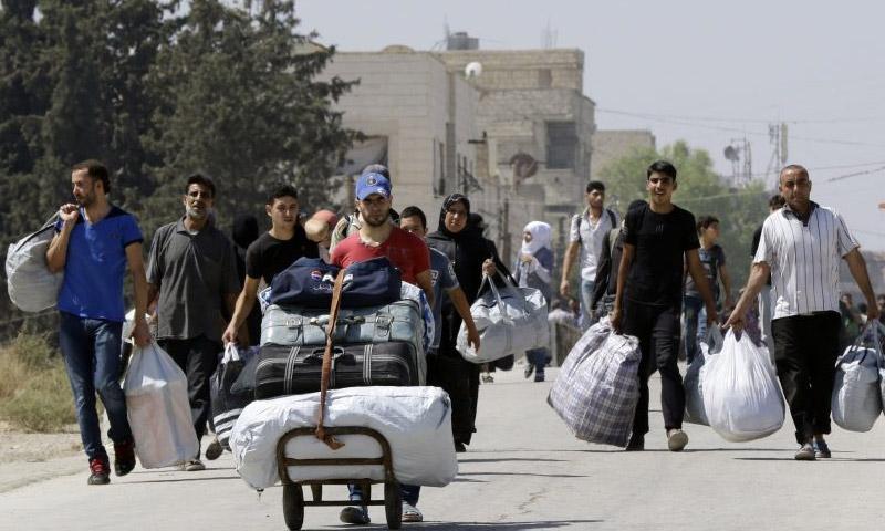 عائلات داريا تخرج من معضمية الشام - 2 أيلول (AFP)