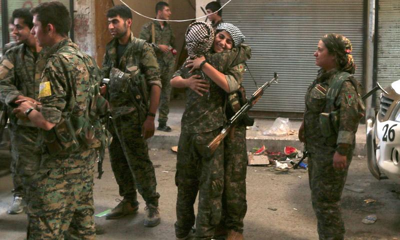 """مقاتلو ومقاتلات قوات """"سوريا الديمقراطية"""" داخل مدينة منبج - 10 آب (Reuters)"""