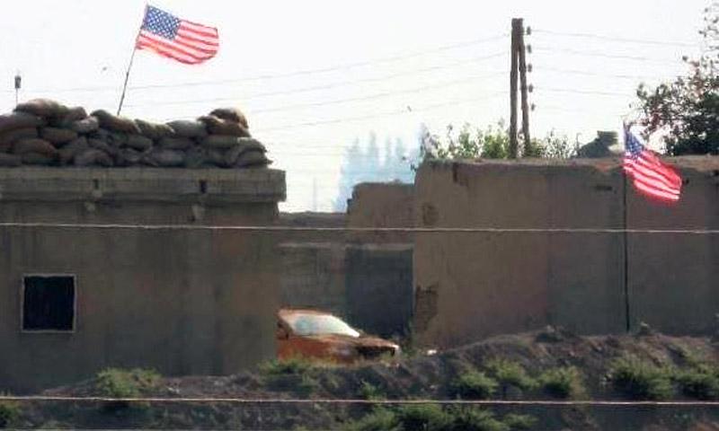 صورة تناقلها ناشطون على أنها في تل أبيض وتظهر علمًا أمريكيًا على بعض الأبنية - الخميس 15 أيلول (صفحة تحرير سوري في فيس بوك)