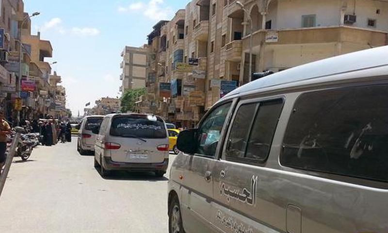 """أرشيفية- دورية لشرطة """"الحسبة"""" التابعة لتنظيم """"الدولة"""" في شوارع مدينة الرقة (تويتر)"""