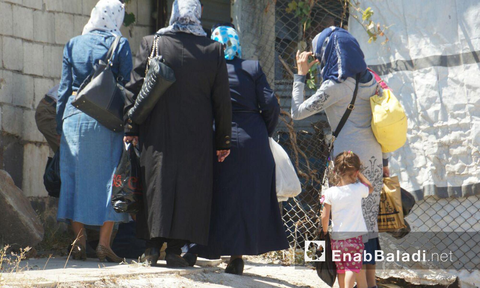 """عائلات قرب معبر """"دوار المهندسين"""" في حي الوعر بحمص - الثلاثاء 6 أيلول (عنب بلدي)"""