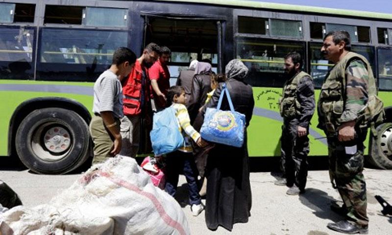 خروج الدفعة الأولى من أهالي داريا من معضمية الشام - 2 أيلول (AFP)