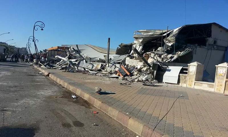 إزالة مقاهي كورنيش جبلة- الاثنين 26 أيلول (فيس بوك)