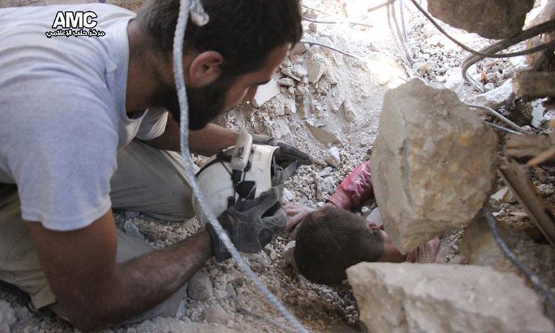 إجلاء الجرحى من تحت الأنقاض في حي الهلك في مدينة حلب- الجمعة 30 أيلول (مركز حلب الإعلامي)