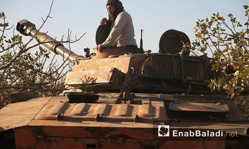 """دبابة تابعة لـ """"جيش الفتح"""" في ريف حماة الشمالي الشرقي- الثلاثاء 27 أيلول (عنب بلدي)"""