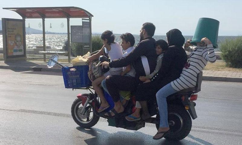 عائلة سورية مكونة من ستة أفراد تتجول في شوارع مدينة إزمير التركية (الأناضول)