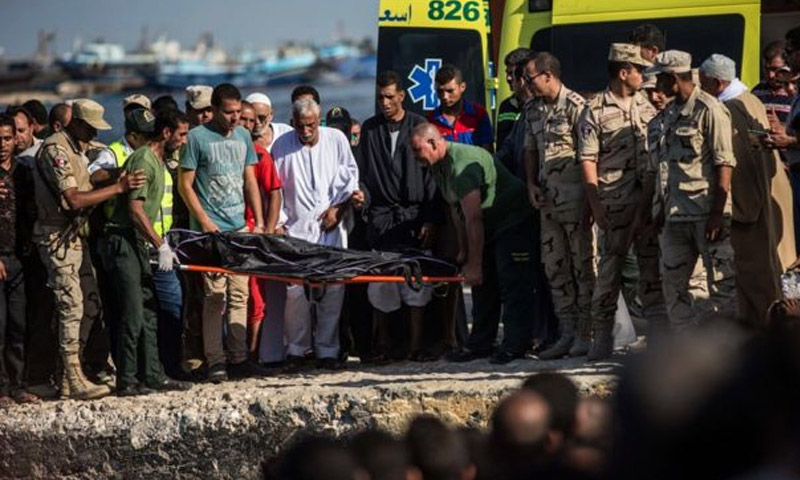 انتشال جثث الغرقى قبالة السواحل المصرية - الخميس 22 أيلول (AP)
