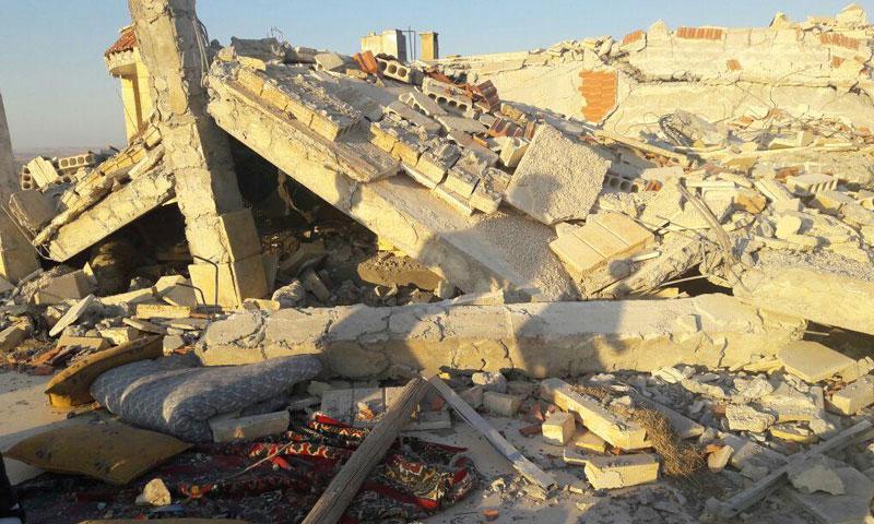 """منزل مدمّر جراء غارات جوية تركية على مقاتلين من قوات """"سوريا الديمقراطية"""" قرب قرية صريصات جنوب جرابلس- 28 آب (هيومن رايتس ووتش)"""